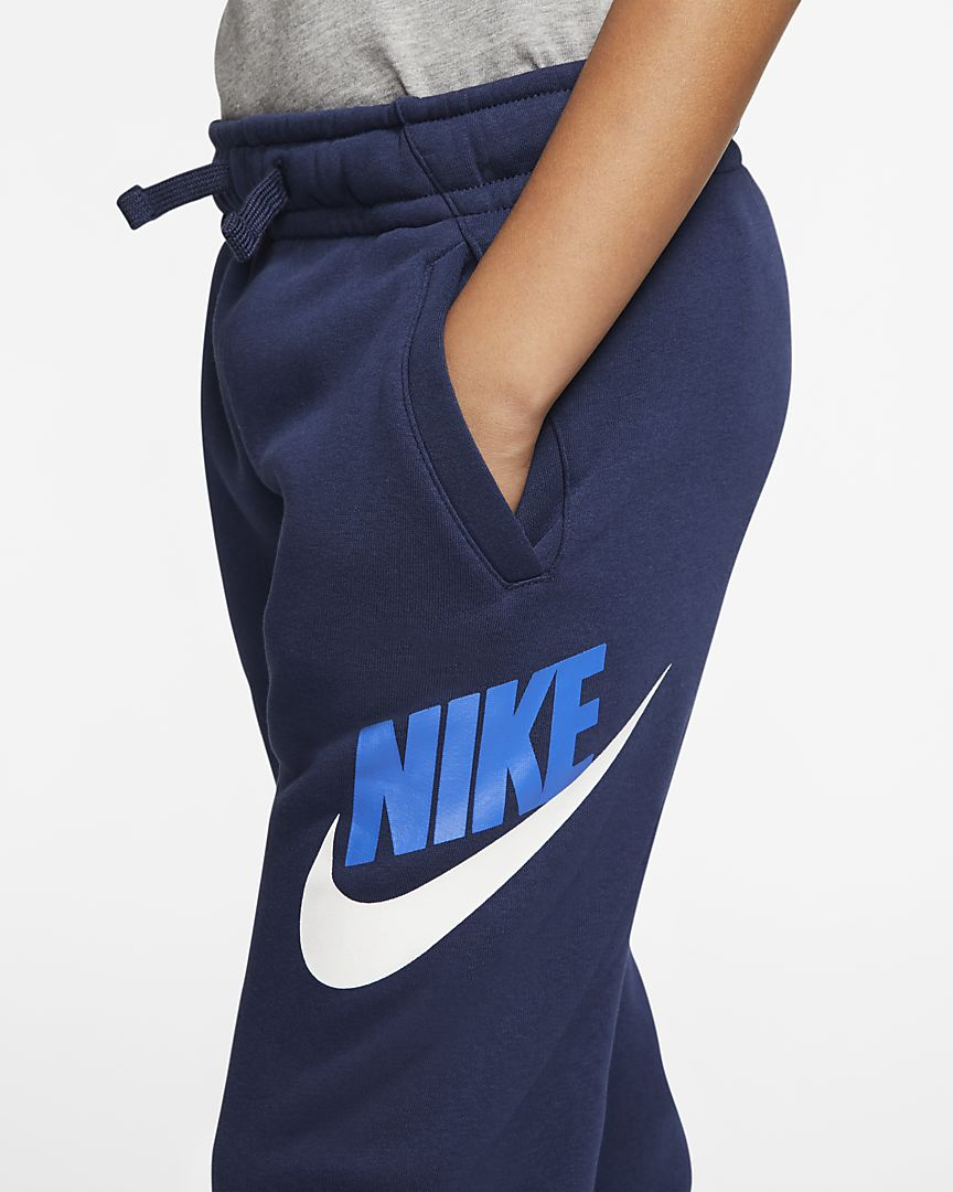 NIKE Брюки детские SPORTSWEAR CLUB FLEECE, dark blue, white, blue. Фото N3
